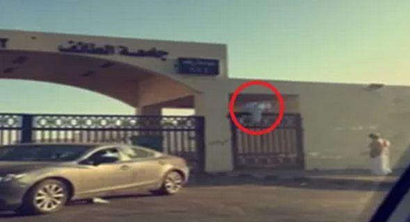 طلاب يقفزون بوابات جامعة الطائف للحاق بالامتحانات