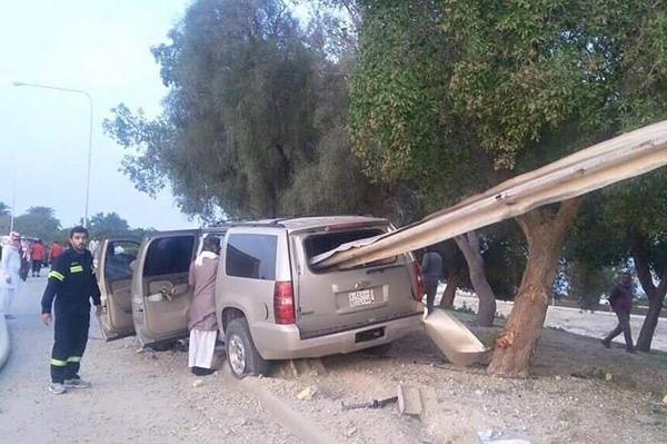 صور سياج يخترق سيارة سعودية ويخرج من زجاجها الخلفي بسبب الانشغال بالجوال