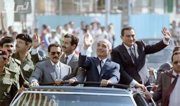 صورة نادرة أربع رؤساء وملوك لدول عربية على سيارة واحدة