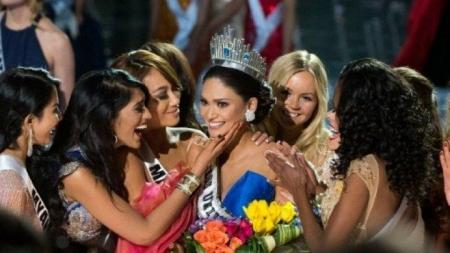 سبب تجريد ملكة جمال الكون لعام 2015 من تاجها بعد دقيقتين