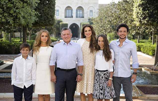 الملكة رانيا تتألق بالصورة العائليّة الملكيّة لعام 2016 مع زوجها ملك الأردن