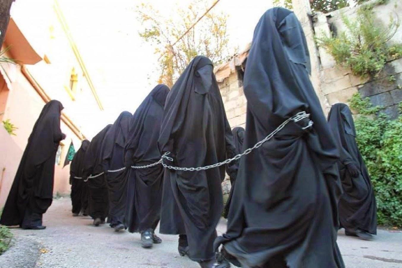 بالفيديو أحدث أسلوب في بيع النساء السبايا بين عناصر التنظيم