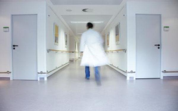 تفاصيل اتهام ممرض سعودي بكشف منطقة حساسة من جسد مريضة أثناء العملية