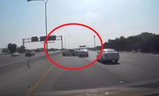 شاهد فيديو مزاح سائق سيارة سعودي يتحول إلى كارثة على طريق سريع في الدمام
