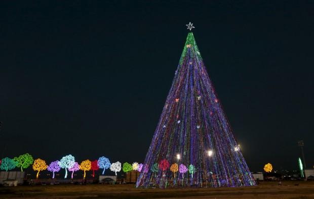 صور شجرة الكريسماس في حي رودريجو دي فريتاس لاجون في ريو دي جانيرو بالبرازيل