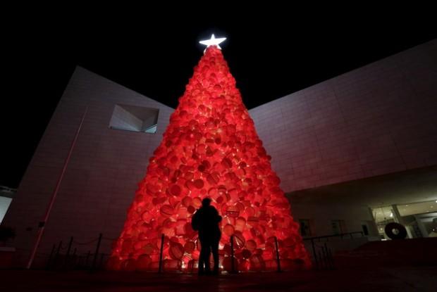 صور شجرة الكريسماس تزين الساحة أمام مبنى حكومة العاصمة اليابانية طوكيو