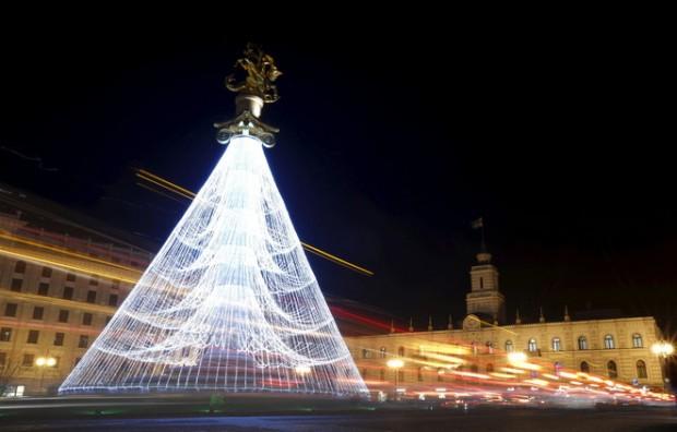 صور شجرة الكريسماس من تصميم اللبناني إيليا ساب تزين الساحة أمام مسجد الأمين في بيروت