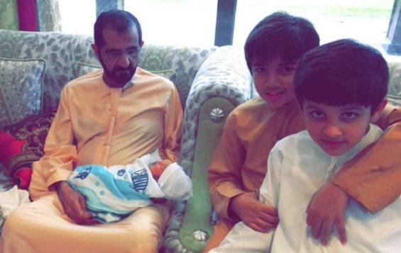 صور حاكم دبي الشيخ محمد بن راشد آل مكتوم برفقة حفيده الجديد راشد