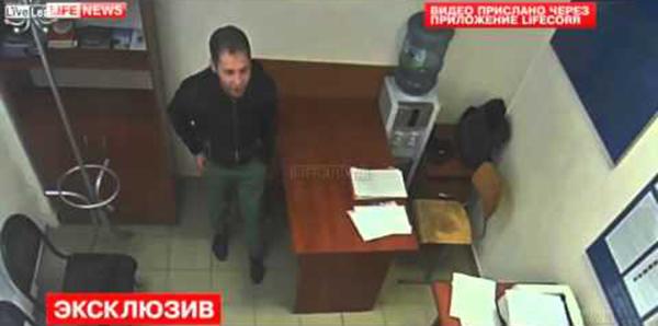 بالفيديو لص جريء يسرق هاتف ضابط أثناء التحقيق معه