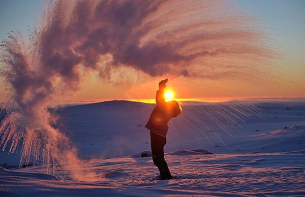 شاهد ماذا يحدث للشاي المغلي في القطب المتجمد الشمالي بالصور