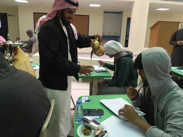 صور معلمون يقدمون الشاي والقهوة للطلاب في ثانوية الهلالية بالقصيم