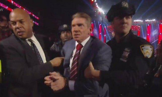 شاهد فيديو لحظة اعتقال رئيس WWE رومان رينز على الهواء