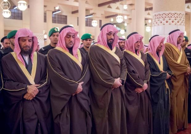 صور الملك سلمان آل سعود يؤدي صلاة الميت على الأمير سعود بن محمد