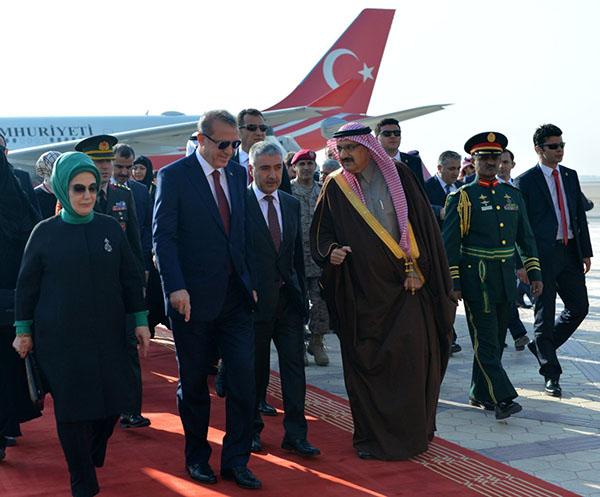 بالصور الرئيس التركي أردوغان يصل الرياض ومنصور بن متعب يستقبله بالمطار