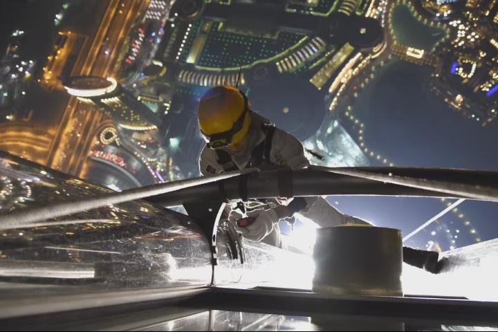 شاهد بالفيديو الألعاب النارية التي ستضيء سماء إمارة دبي , بالصور استعدادت برج خليفة ليلة رأس السنة