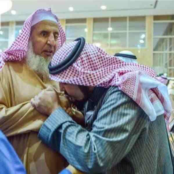 صور الأمير عبدالعزيز بن فهد يقبل يد سماحة المفتي الشيخ عبدالعزيز ال الشيخ