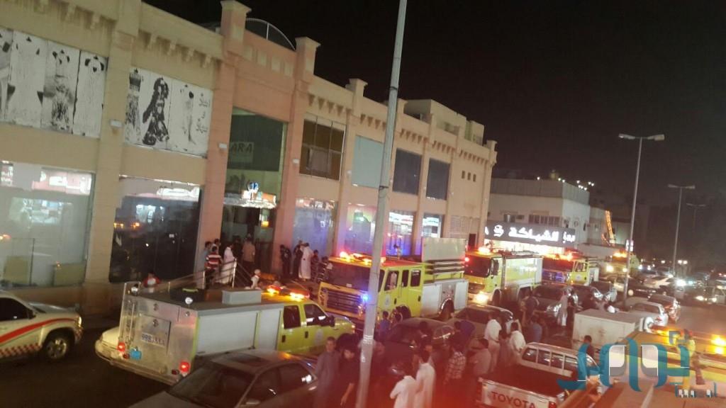 بالصور مدني سعودي يخمد حريق بمحافظة جدة داخل محل تجاري في سوق المرجان