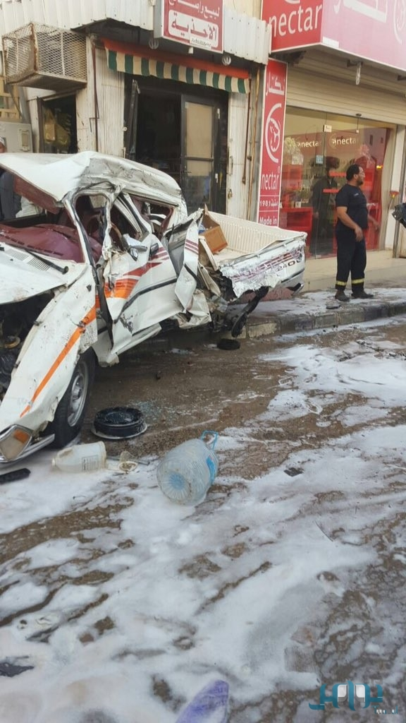 بالصور سائق شاحنة قلاب يفقد السيطرة ويحطم السيارات في حوطة بني تميم
