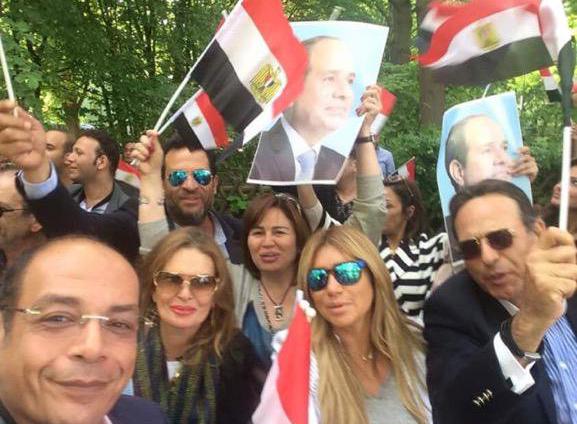 صور ممدوح عبدالعليم برفقة زوجته وابنتهما الوحيدة هنا