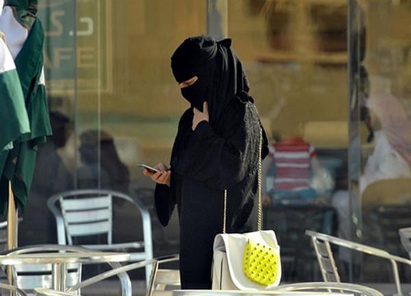 هاتف كشاف يتسبب في طلاق مواطنة بجازان
