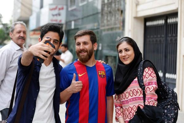 صور شبيه ميسى , ايرانيات يلتقطون الصور مع شبيه ميسي