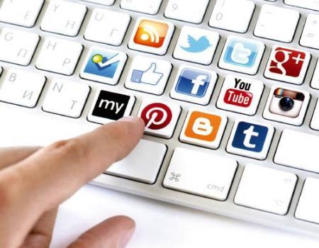 مواقع التواصل الاجتماعي أصبحت باباً للتسلية لدى الموظفين