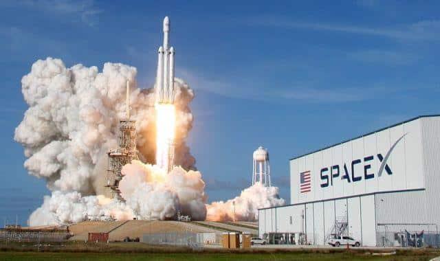 شركة سبيس إكس تعلم عن إطلاق أول رحلة سياحية حول القمر