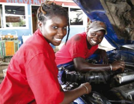 في السنغال الأنامل الناعمة تغزو عالم إصلاح السيارات