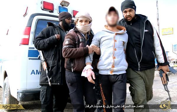 صور داعش يقطع يد شاب بساطور لقطع اللحم بتهمة السرقة في الرقة