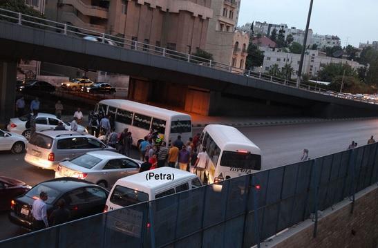 بالصور إحتجاج سائقين على خط صويلح يتسببان بإغلاق دوار الداخلية
