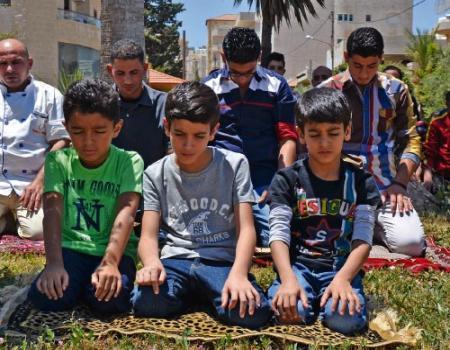 أهلاً أهلاً يا رمضان ثلاث طرق لتدريب الطفل على الصيام