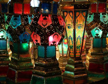 الأردنيون يضيئون أول ليالي رمضان بالأهلة والفوانيس