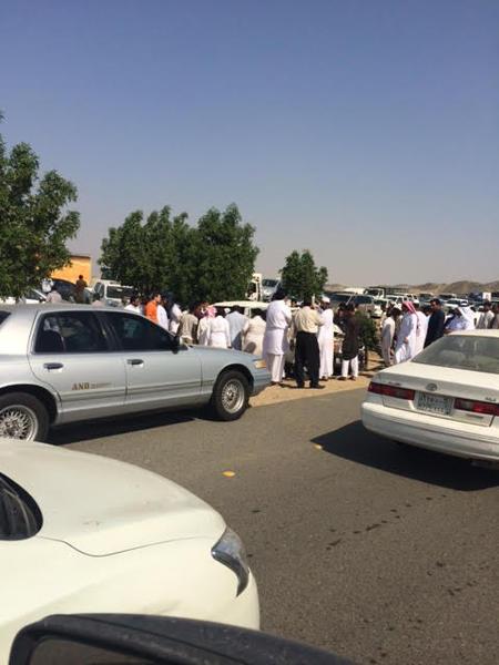 صور وتفاصيل حادث انقلاب دورية أمن تقل موقوفين بمكة