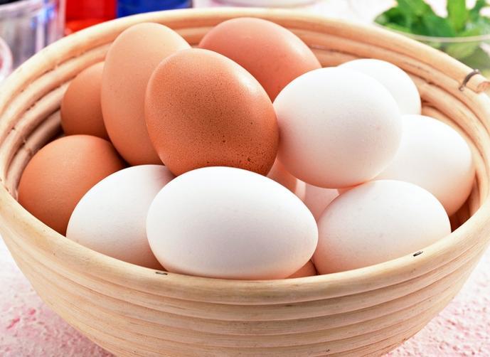 توضيح الفرق بين البيض الابيض والبيض البنى من ناحية القيمة الغذائية و الفائدة