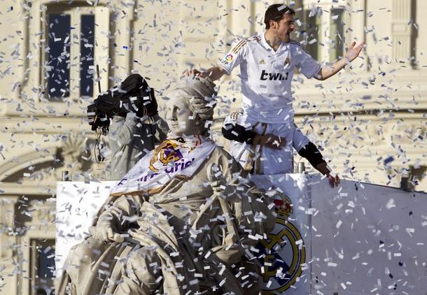 احتفال لاعبين ريال مدريد في السيبليس - ساحة السيبليس - لقب الدوري ال 32 - ريال مدريد يحتفل 2012