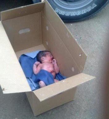 صور العثور على طفل لقيط بجوار مركز التفاحة بحي زهرة كدي بمكة