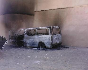 مواطن يحرق باصه ويهدد بحرق أبنائه احتجاجا على معاملة رقيب سير - مواطن اردني يحرق باصه