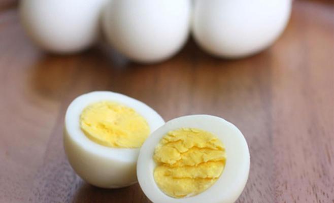 تناول بيضة كاملة يمكن أن يحسن من مستوى الدهون بالدم