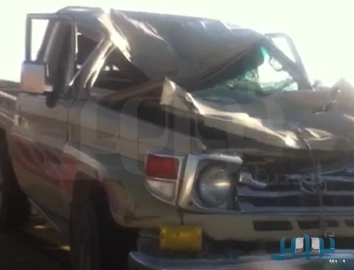 صور نجاة طفل من الموت بعد اصطدام جمل كان يركبه بسيارة في ضباء