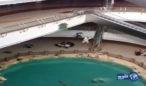 شاهد فيديو شابان يقفزان من الدور الثاني في حوض الماء في مجمع الراشد مول 1437