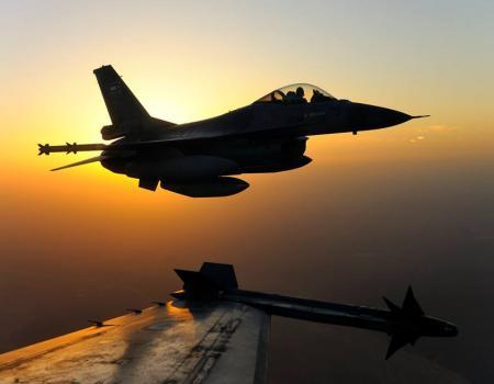 طائرات من سلاح الجو الملكي الأردني F16 عرض جوي في سماء عمان