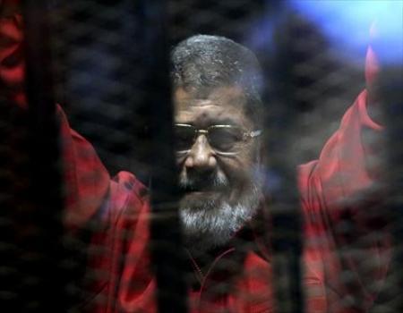 محمد مرسي يظهر بزي الإعدام الأحمر