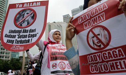 صور مظاهرات في جاكرتا احتجاجا على قدوم المغنية ليدي غاغا