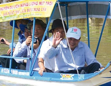 قارب يعمل بالطاقة الشمسية