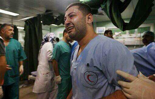 شاهد شاب سعودي يعتدي بالضرب على طبيب في المدينة لعدم رضاه عن إجراءات الكشف