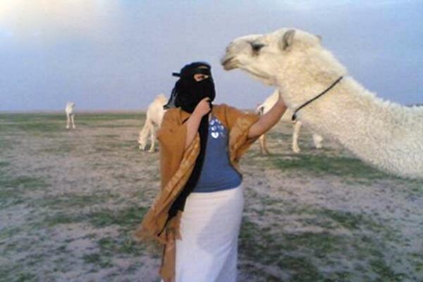 قبلة زوجة لقعود من قطيع الإبل تشعل خلاف بين عائلتين في الرياض