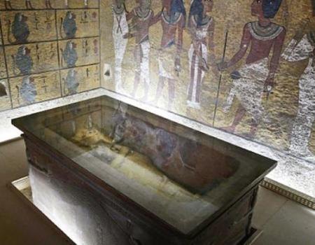 غرفة سرية في مقبرة توت عنخ آمون ترجح نظرية دفن نفرتيتي بها