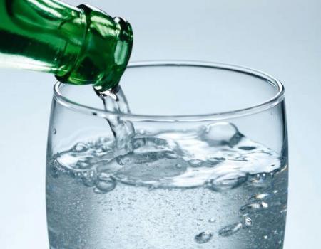 هل يضر الماء الفوار بصحتك حقاً