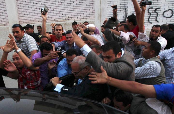 صور ضرب احمد شفيق بالجزمة 23/4/2012 - اخبار احمد شفيق اليوم 23/5/2012