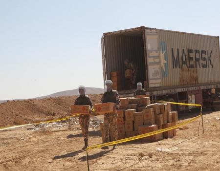 بالصور سلاح الهندسة الاردني يتخلص من محتويات حاويات الألعاب النارية المصادرة